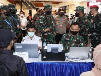 Pangdam XII/Tpr Dampingi Panglima TNI dan Kapolri Tinjau Serbuan Vaksinasi di Kalbar
