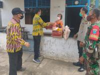 Babinsa Pasir Wansalim Dampingi Kepala Lurah Salurkan Bantuan Sembako Pasien Isolasi Mandiri