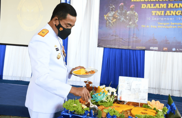 Danlantamal XII Pontianak Pimpin Upacara Peringatan Hari Jadi Ke-76 TNI AL Di Lapangan Satuan Kapal Patroli Lantamal XII