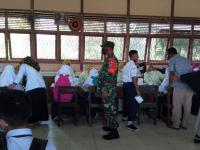 Babinsa Kelurahan Terusan Pantau Murid MTSN 01 Mempawah Laksanakan Vaksinasi