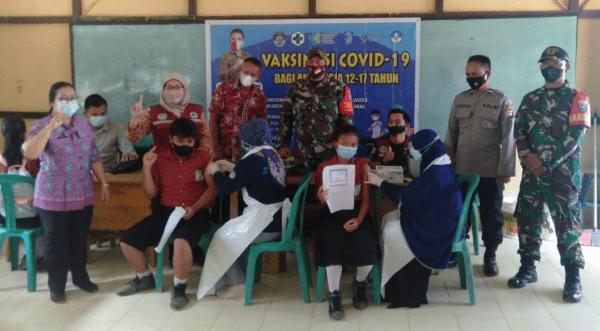 Danramil 1201-12/Air Besar Dampingi Siswa SMPN 02 Kuala Behe Jalani Vaksinasi Covid-19