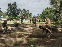Ciptakan Lingkungan Kerja Yang Sehat, Anggota Koramil Menjalin Bersihkan Pangkalan