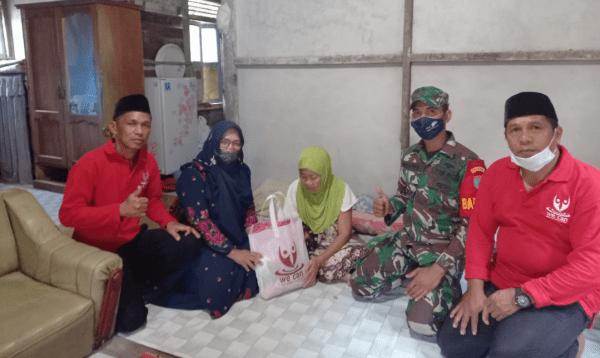 Babinsa Sungai kunyit Sambangi Kaum Dhuafa dan Beri Bantuan Sembako Yang Tedampak Pandemi Covid-19