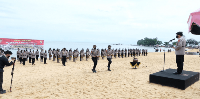 Kapolda Kalbar Pimpin Upacara Penutupan Latkatpuan dan Pembinaan Tradisi Bintara Remaja Dit Samapta Polda Kalbar T.A 2021