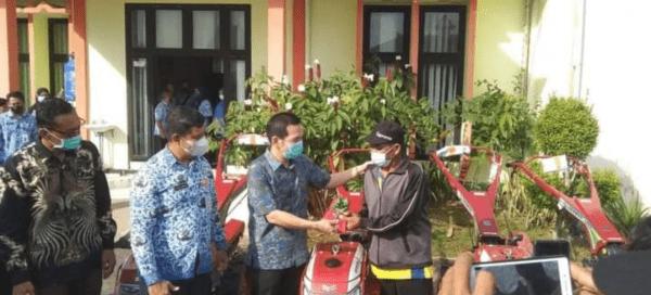 DJ luncurkan Alat Pertanian Untuk 19 Kelompok Tani di Kabupaten Mempawah