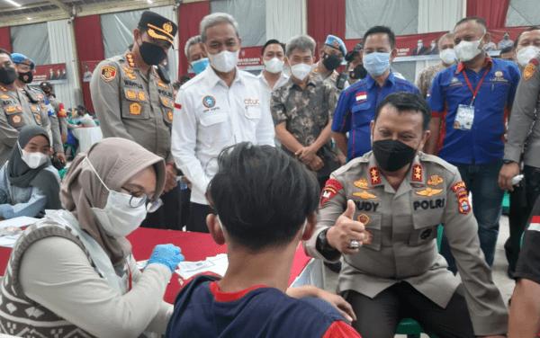 Kapolda Banten Tinjau Pelaksanaan Vaksinasi Presisi dan Memberikan Bansos