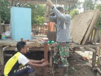 Tingkatkan Taraf Hidup Warga Binaan Babinsa Mempawah Hilir Bantu Rehab Rumah Warga