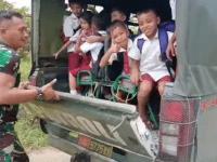 Sepulang Sekolah Pelajar SD Berjalan Kaki, Senyum Bahagia Tumpangkan Mobil Dinas, Danramil Toho