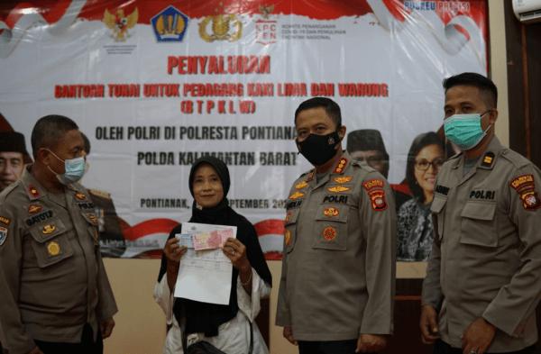 Polresta Pontianak Kota menyalurkan Bantuan Tunai Pedagang Kaki Lima dan Warung
