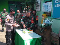 Bertepatan Hari Jadi TNI ke-76 Polsek Mempawah Hilir dan Timur Memberikan Kado Kue Ulang Tahun Kemakoramil 1201-03 Mempawah Hilir