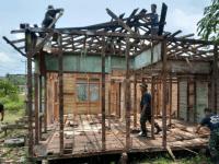 Program RTLH Mulai di Kerjakan, Anggota Koramil Toho laksanakan Pembongkaran