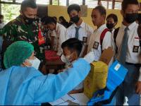 Dampingi Vaksinasi Pelajar, Babinsa Toho Harap Siswa-Siswi Tetap Disiplin Prokes