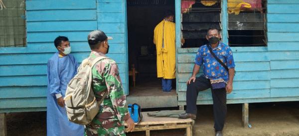 Cegah Agar Tak Meluas, Babinsa Toho Dampingi Nakes Lakukan Tracing Covid-19