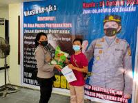 Dukungan Program Percepatan Vaksinasi Nasional, Kapolsek Pontianak Kota AKP. Sulastri Beri Bantuan Sembako Pada Masyarakat