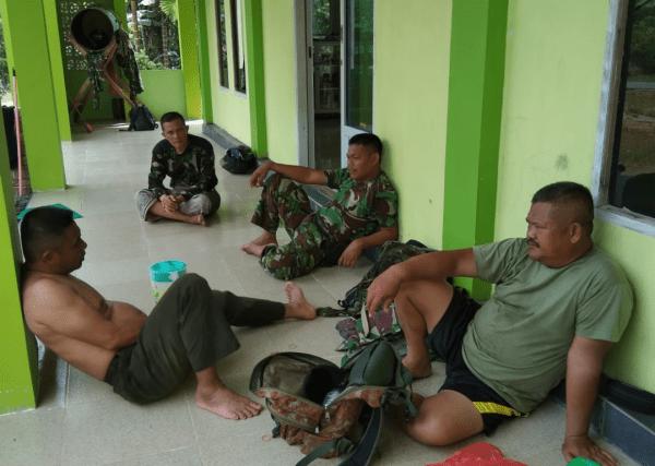 Manfaatkan Waktu Istirahat Saat Pengerjaan RTLH Bhakti TNI, Personil Koramil Toho Bersih Bersih Masjid
