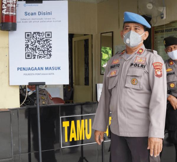 Terapkan Mekanisme Masuk Mako Polresta Pontianak Kota Dengan Menggunakan Aplikasi PeduliLindungi Untuk Mencegah Penyebaran Virus Covid-19