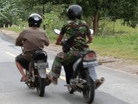Spontan dan Inisiatif, Babinsa Toho Bantu Dorong Sepeda Motor Warga Mogok di Jalan