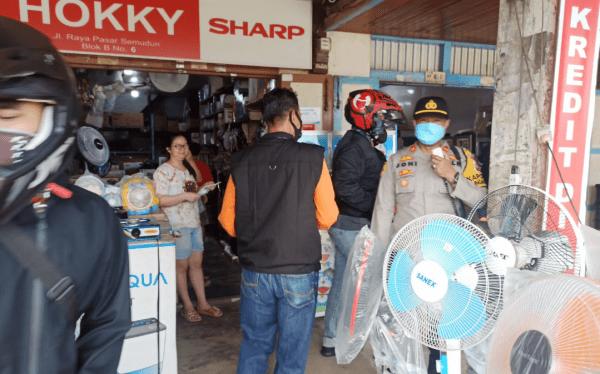 Kapolres Mempawah AKBP Fauzan Sukmawanyah Bersama IPTU Joni Kapolsek Membagikan Masker Kepada Masyarakat Guna Mengurangi Terpapar Covid-19