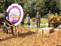 Dandim 1201/Mph, Letakkan Karangan Bunga di Makam Pratu Tri Handoko
