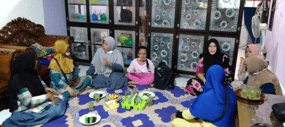 Jaga Kekompakan dan Kepedulian, Anggota Koramil Toho Besuk Istri Rekan Melahirkan
