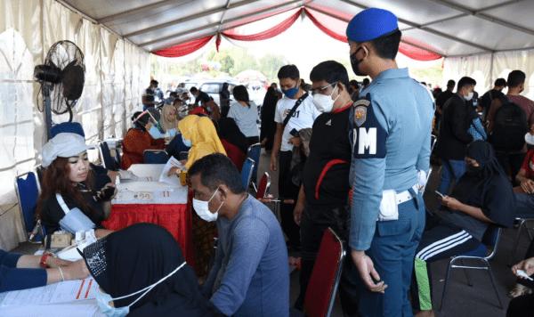 Di GOR dan Water Front Pelabuhan Sheng Hie Pontianak Satgas Covid-19 Lantamal XII Terjunkan 2 Tim Vaksinator Bersama Unsur Vaksinasi TNI-Polri