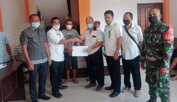 Dengan Prokes Ketat, Babinsa Toho Dampingi Penyaluran BLT-DD di Desa Binaan